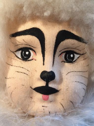 détails du visage de Ticat, personnage en tissu
